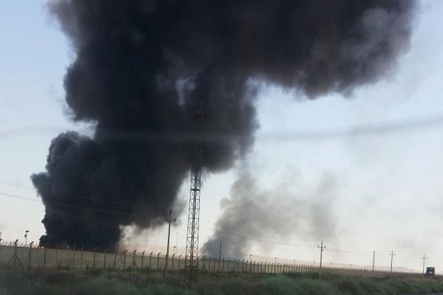 De la fumée s'échappe d'un raffinerie de pétrole... (PHOTO REUTERS)