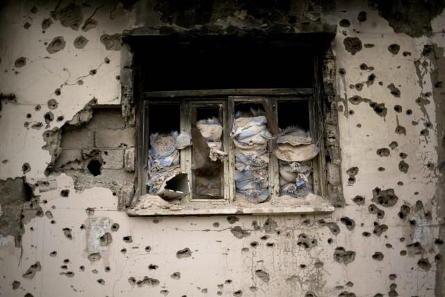 Une maison criblée de balles à Homs, en... (Photo Dusan Vranic, archives Associated Press)