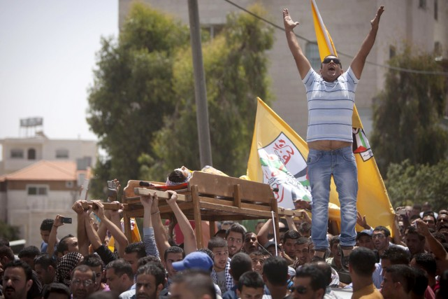 Des proches du jeune Palestinien tué par Tsahal... (PHOTO MAJDI MOHAMMED, AP)