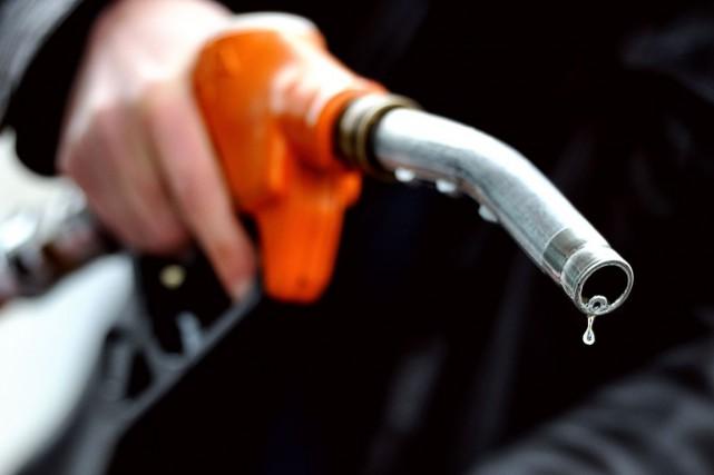 Les prix de l'essence ont augmenté de 6,3... (PHOTO PHILIPPE HUGUEN, ARCHIVES AFP)