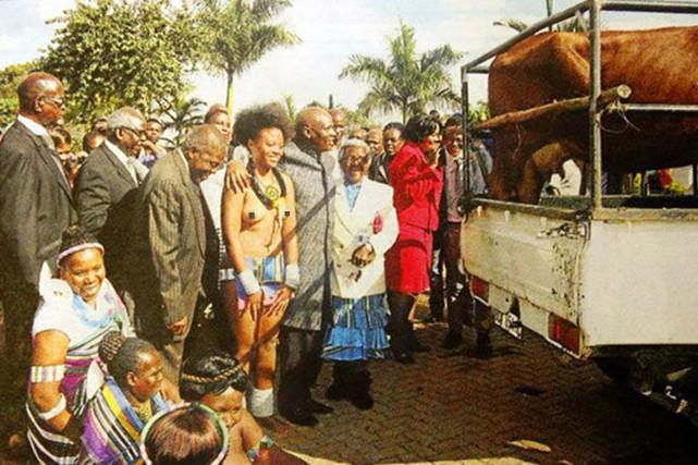 La photo, poitrine nue, de l'élue, Vanessa Mutswari... (PHOTO QOQA.IO)