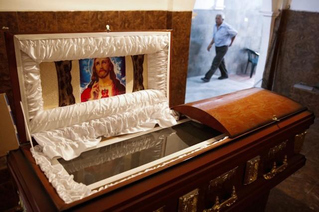 «Les fournitures pour fabriquer des cercueils ont commencé... (PHOTO CARLOS GARCIA RAWLINS, ARCHIVES REUTERS)