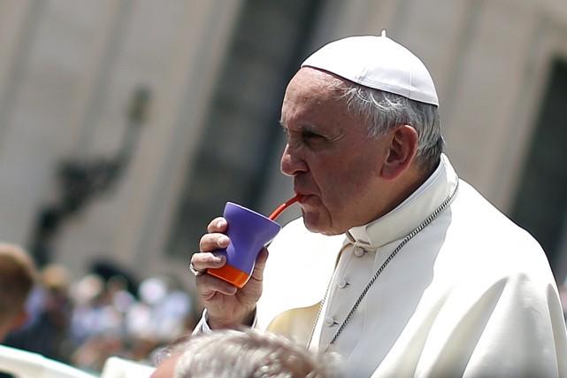 Le pape François boit du maté, une boisson... (PHOTO ALESSANDRO BIANCHI, ARCHIVES REUTERS)