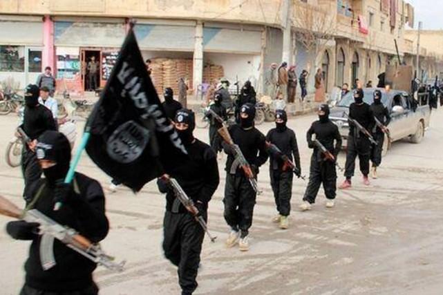 Des combattants de l'EIIL paradent dans les rues... (PHOTO ARCHIVES AP)