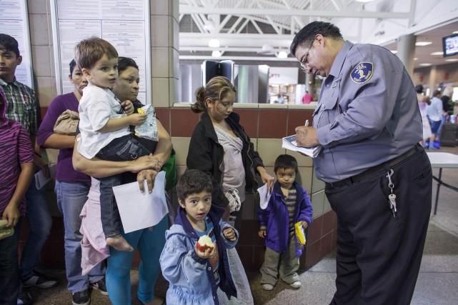Des migrants attendent dans une station d'autobus après... (Photo Samantha Sais, Reuters)