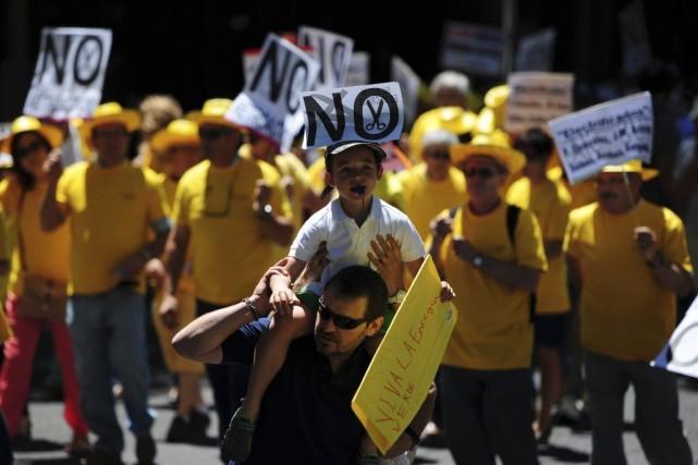 Vêtus de T-shirts et portant des chapeaux jaunes... (PHOTO DANI POZO, AFP)