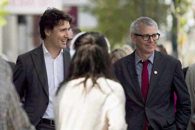 Justin Trudeau et le candidat libéral de la... (Photo Nathan Denette, Archives PC)