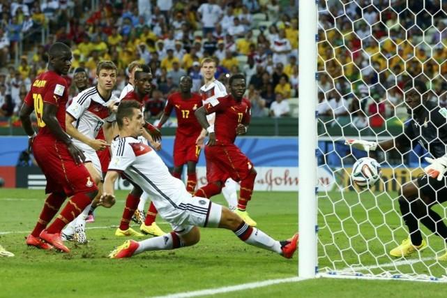 L'Allemand Miroslav Klose marque un but.... (PHOTO EDDIE KEOGH, REUTERS)