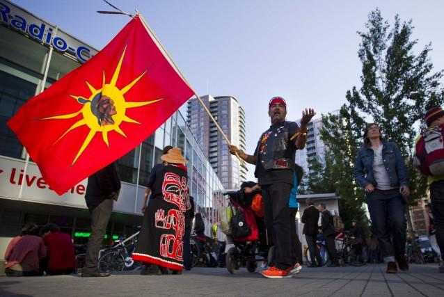 Un manifestant expose son opposition au projet avec... (Photo Ben Nelms, Reuters)