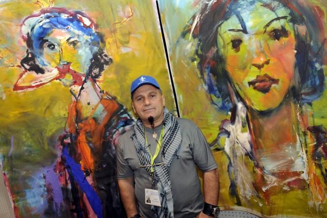 L'artiste peintre Emini Shefqet Avdush réalise des portraits... ((Photo Mariane L. St-Gelais))