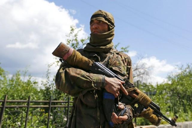 Les échanges de tirs se poursuivaient dimanche, les... (PHOTO SHAMIL ZHUMATOV, REUTERS)