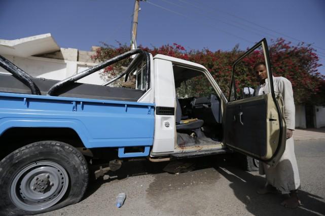 Un véhicule de la police abandonné après une... (Photo Khaled Abdullah, REUTERS)