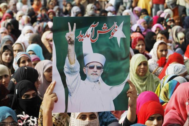 Des partisans du chef religieux Tahir-il-Qadri attendent son... (PHOTO ANJUM NAVEED, AP)