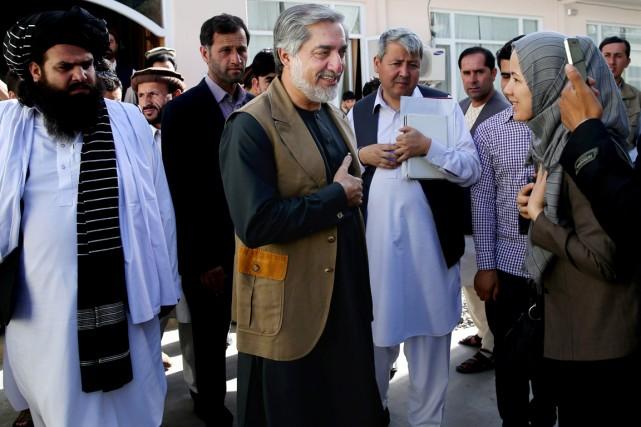 Abdullah Abdullah (au centre) était arrivé largement en... (PHOTO MASSOUD HOSSAINI, AP)