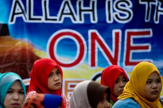 Des militantes musulmanes se sont massées devant le... (PHOTO MANAN VATSYAYANA, AFP)