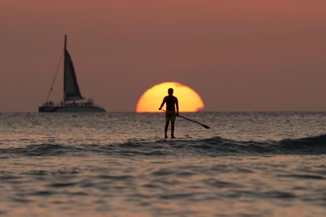 Un coucher de soleil à Honolulu, Hawaii... (Photo Carolyn Kaster, AP)
