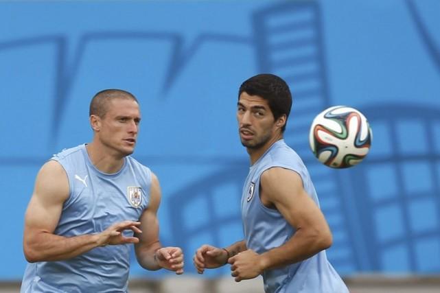 Diego Perez et Luis Suarez à l'entraînement à... (Photo Reuters)
