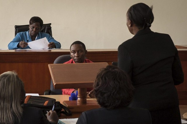 Les gens attendent le début du procès.... (Photo Nichole Sobecki, Agence France-Presse)