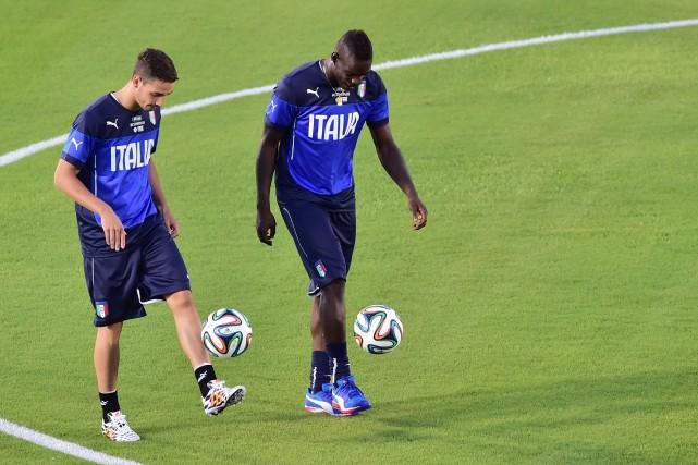 Le défenseur Mattia De Sciglio et l'attaquant Mario... (PHOTO GIUSEPPE CACACE, AFP)