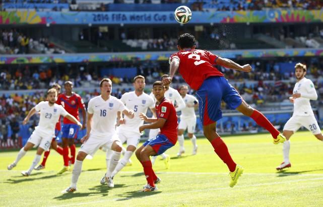Giancarlo Gonzalez fait une tête devant plusieurs joueurs... (Photo Damir Sagolj, Reuters)
