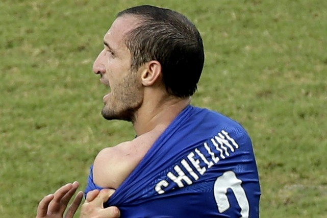 Giorgio Chiellini montre les traces de la morsure... (Photo Hassan Ammar, AFP)