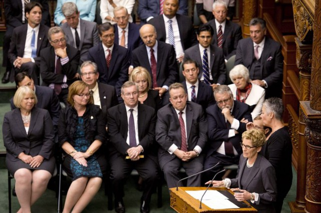 Kathleen Wynne, right, speaks in front of her... (PHOTO NATHAN DENETTE, ARCHIVES LA PRESSE CANADIENNE)