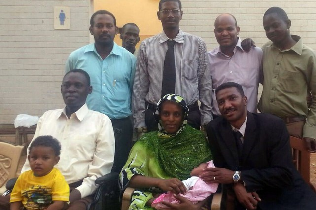Meriam Yahia Ibrahim Ishag (au centre), avec son... (Photo Agence France-Presse)