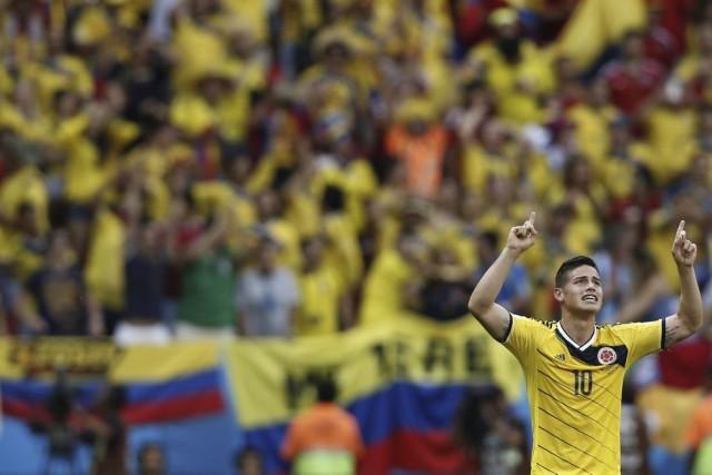 James Rodriguez fête son but sous les yeux... (Photo archives AFP)