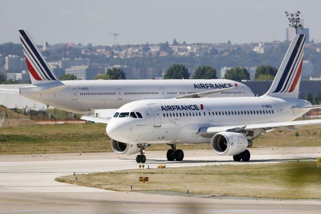 Mercredi matin, plusieurs centaines de passagers se sont... (PHOTO CHARLES PLATIAU, ARCHIVES REUTERS)