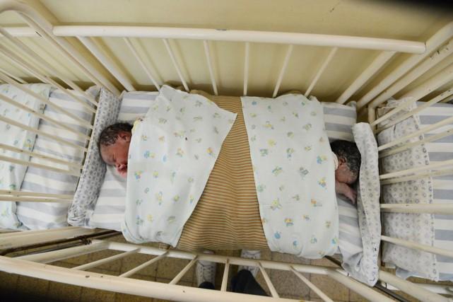 Les nouveau-nés sont vendus plusieurs milliers d'euros et... (PHOTO JUNIOR D.KANNAH, ARCHIVES AFP)