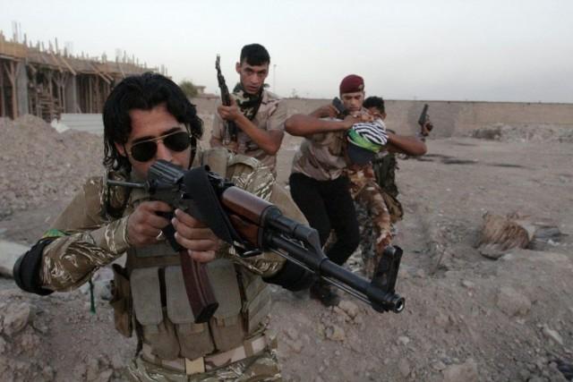 Des volontaires chiites ayant décidé de lutter contre... (Photo Reuters)
