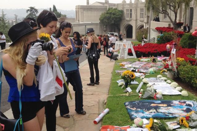 Des centaines d'admirateurs de Michael Jackson se sont... (Photo AFP)