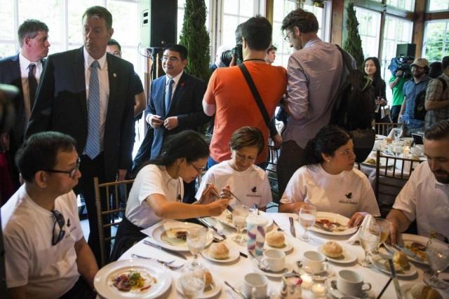 Les convives, conduits par bus au restaurant The... (Photo Reuters)
