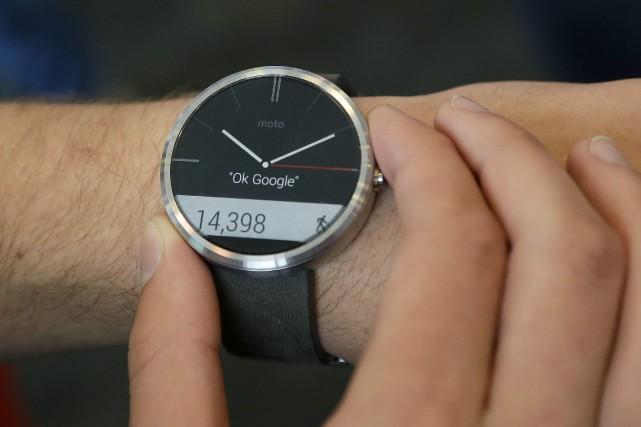 La montre intelligente de Motorola, la Moto360, qui... (Photo Jeff Chiu, AP)