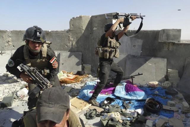 Des membres des forces spéciales irakiennes combattent des... (PHOTO ARCHIVES REUTERS/STRINGER)