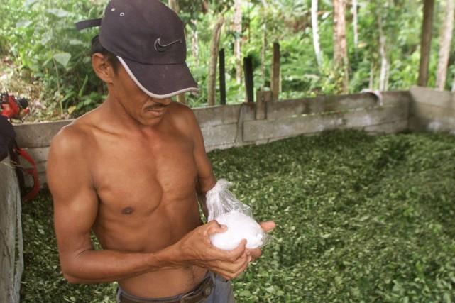 Un paysan pèse un sac de pâte de... (PHOTO DANIEL MUNOZ, REUTERS)