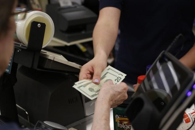 Les dépenses des consommateurs américains ont légèrement augmenté en mai, grâce... (Photo archives Bloomberg)