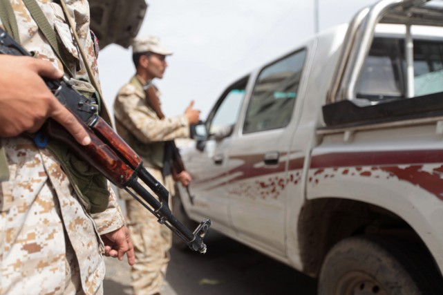 Des soldats montent la garde à un point... (Photo Mohamed al-Sayaghi, Reuters)