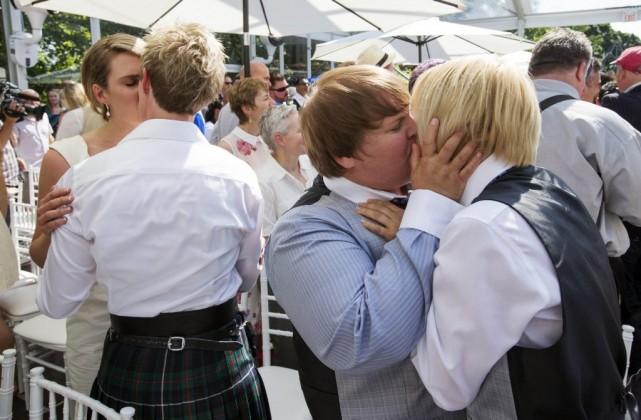 Jusque 200 couples étaient initialement attendus pour sceller... (Photo Reuters)