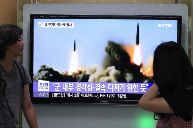 Des Sud-Coréens regardent le lancement du missile nord-coréen... (Photo AP)