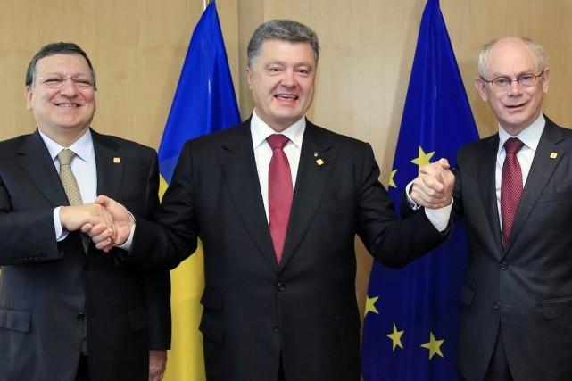 Le président ukrainien Petro Porochenko, au centre, en... (Photo AP)