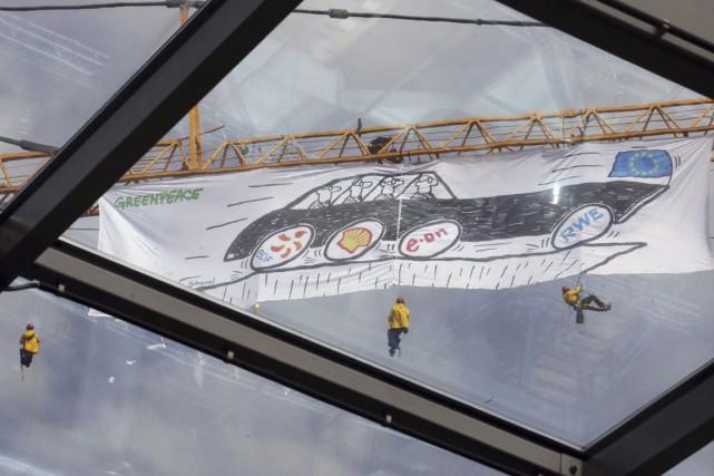 Cinq autres militants de Greenpeace restés sur une... (PHOTO PASCAL ROSSIGNOL, REUTERS)