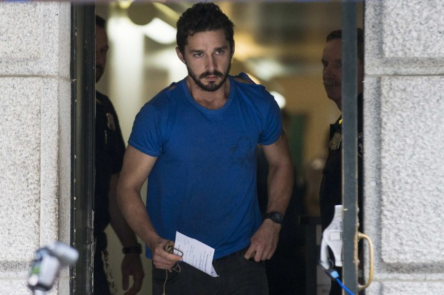 Shia LaBeouf à sa sortie du tribunal vendredi.... (Photo Brendan McDermid, Reuters)