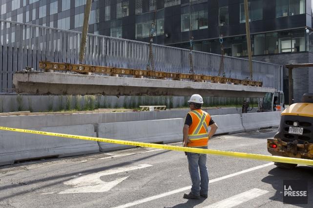 En avant-midi, deux gigantesques grues ont été déplacées... (PHOTO ROBERT SKINNER, LA PRESSE)