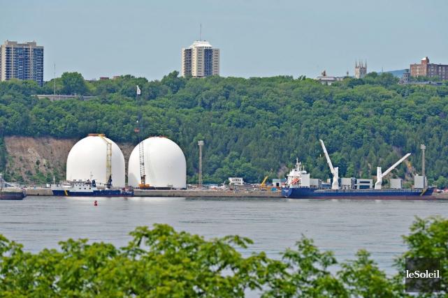 Les deux gros silos construits par Arrimage Québec... (Photothèque Le Soleil, Pascal Ratthé)