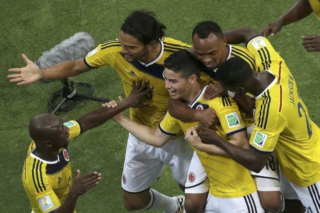 James Rodriguez (au centre) a marqué les deux... (PHOTO FELIPE DANA, REUTERS)