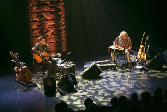 Harry Manx et Dave Lindley en concert.... (PHOTO OLIVIER PONTBRIAND, LA PRESSE)