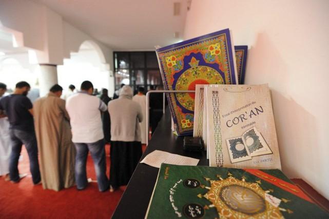 Des musulmans prient à la mosquée Assalam de... (PHOTO JEAN-SÉBASTIEN EVRARD, AFP)