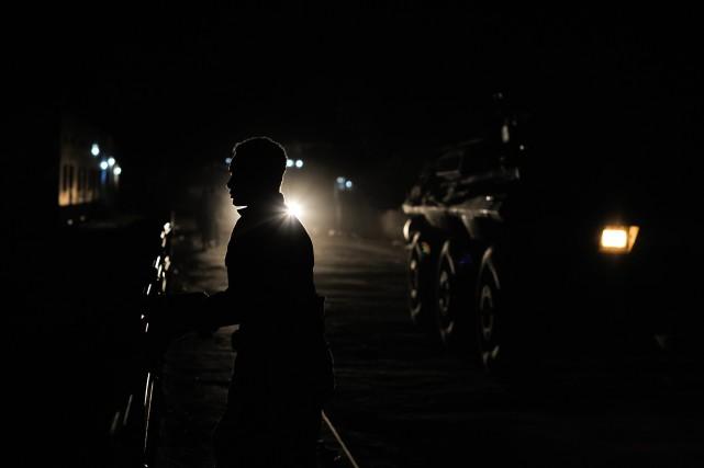 De nombreux policiers, armés de fusils d'assaut, étaient... (Photo TOBIN JONES, AFP)