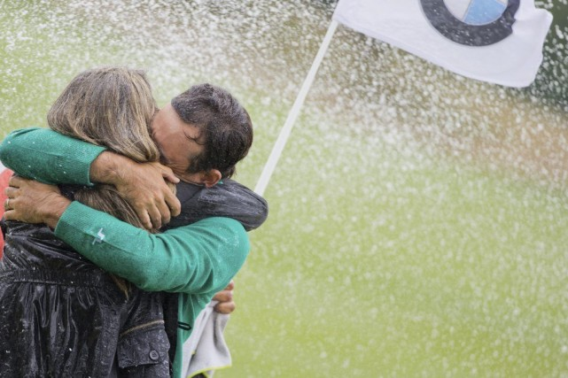 Fabrizio Zanotti embrasse sa femme après sa victoire... (Photo Rolf Vennenbernd, AP)
